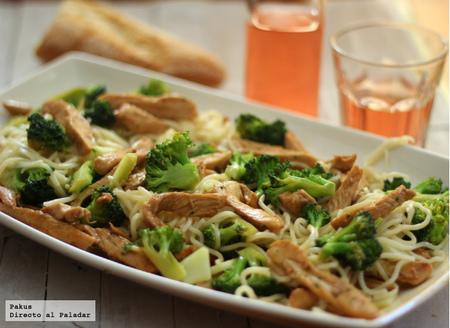 Noodles con brócoli y pollo. Receta