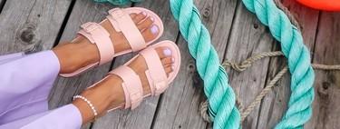 Nueve sandalias planas de suela gruesa que transformarán tus looks de playa (con estilo)