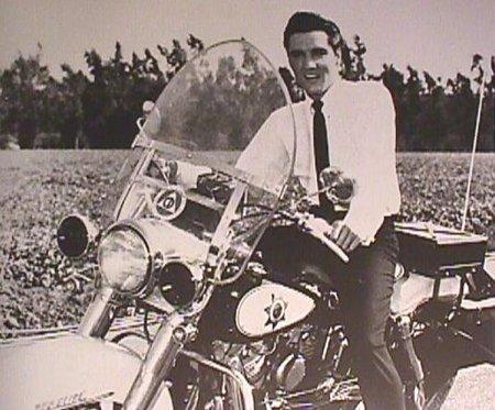 Elvis Presley montando en moto