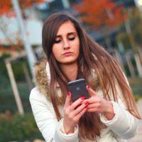 Cruzar la calle mirando el móvil es lo que hace la mayoría de jóvenes, según una encuesta de Ford