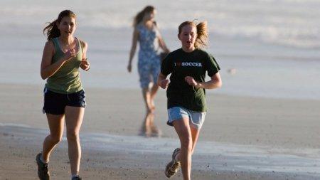 ¿Por qué pican las piernas al correr?