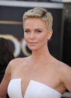 El look de Charlize Theron en la alfombra roja de los Oscar 2013: un pixie con mucho glamour