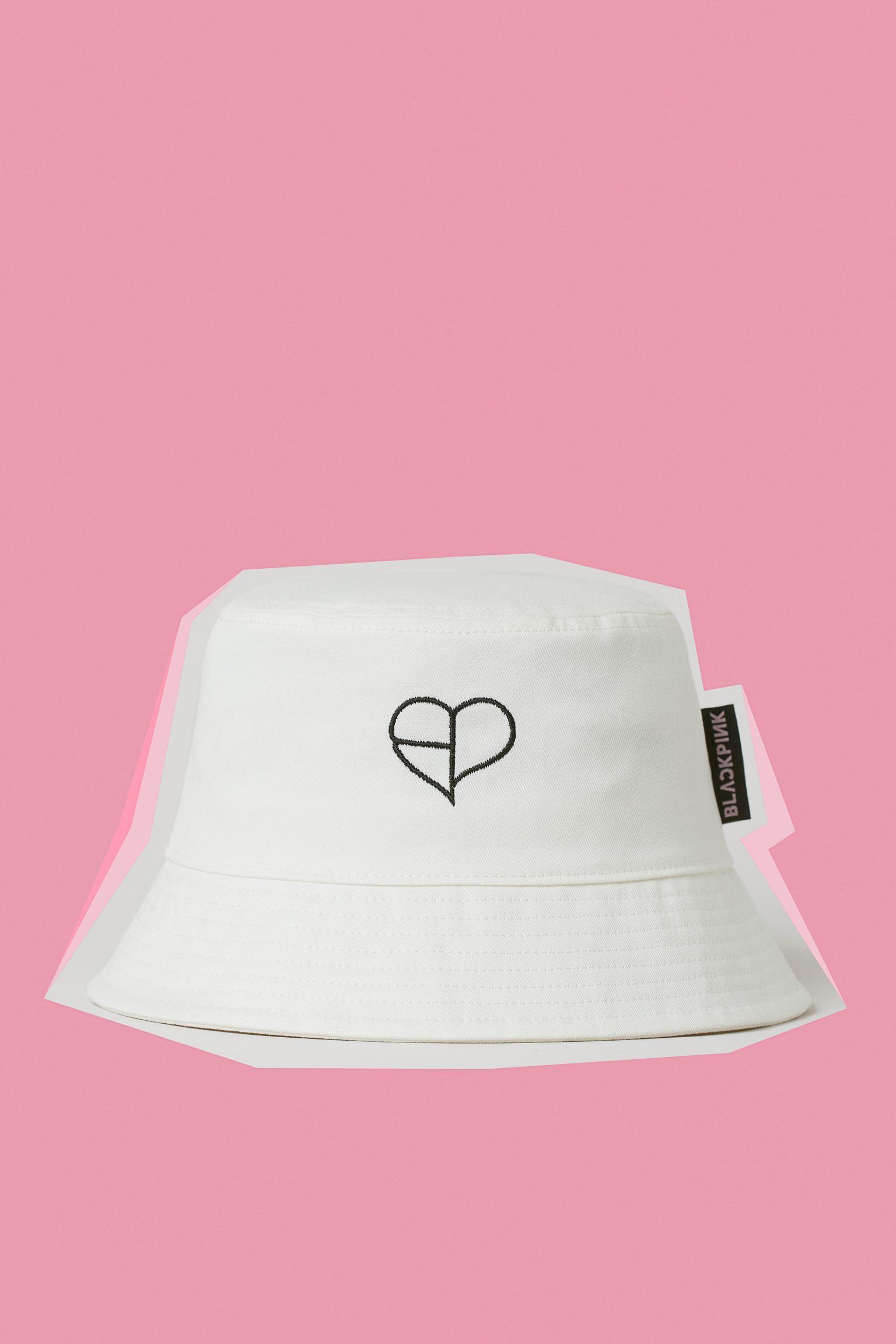 Sombrero bucket en sarga de algodón con texto bordado y aplicación de tela.