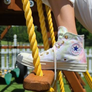 Si estás tan obsesionada con el tie-dye como nosotras, estas zapatillas de Converse x Millie Bobby Brown serán lo mejor de tu día