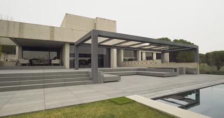 La impresionante casa de Carlos Sainz con el hormigón como absoluto protagonista