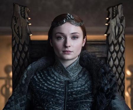 Sophie Turner también echa de menos Juego de Tronos: la actriz se ha llevado el trono de Sansa a casa