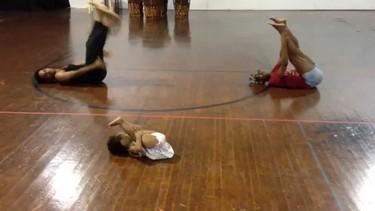 """Una niña de dos años inventa una coreografía a ritmo de """"Chandelier"""" de Sia y dos bailarines le siguen"""