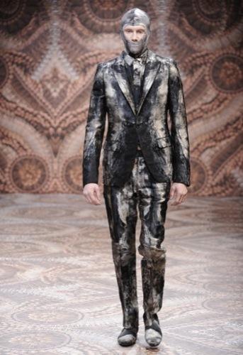 Alexander McQueen, Otoño-Invierno 2010/2011 en la Semana de la Moda de Milán, lejía