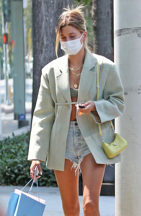 Hailey Baldwin Bieber nos da las claves para lograr un look de entretiempo atrevido (pero muy molón)