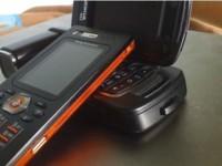 Sony Ericsson W880 en negro y naranja