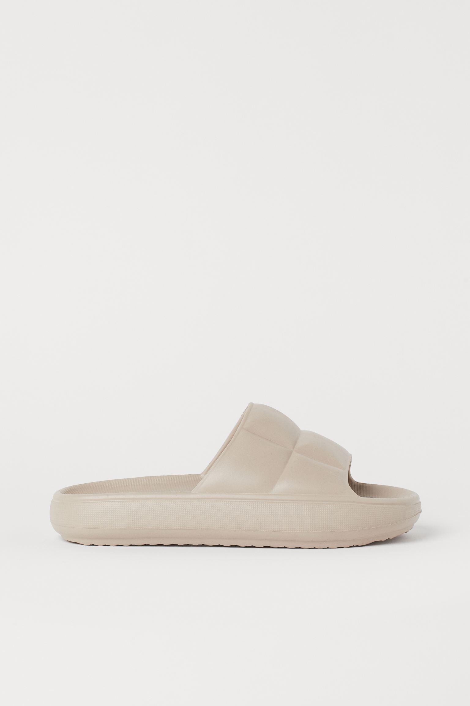 Zapatillas de baño de una pieza con tira ancha acolchada de aspecto guateado. Suelas con diseño.