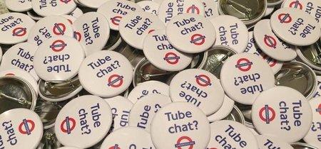 ¿Nos apetece hablar con desconocidos en el metro? Una campaña en Londres lo promueve y los usuarios no están muy de acuerdo