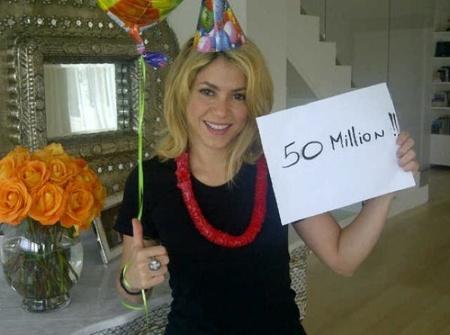 Shakira celebra sus cincuenta millones de fans, ¡con cotillón y todo!