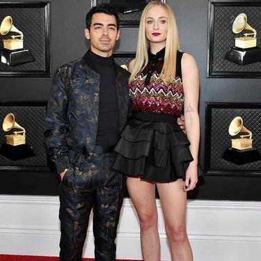 Sophie Turner elige un look de Louis Vuitton para los Premios Grammy 2020 y acierta