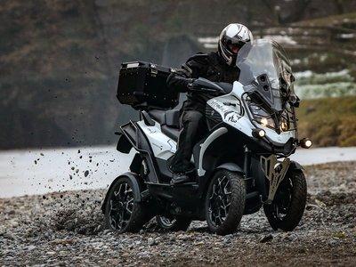 Con cuatro ruedas y suspensiones independientes, la auténtica moto-SUV es el Quadro4 Steinbock