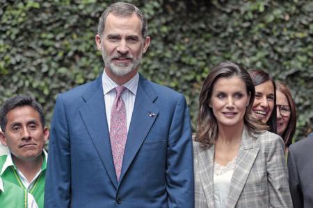 Doña Letizia luce un look working girl de tendencia con exceso de arrugas
