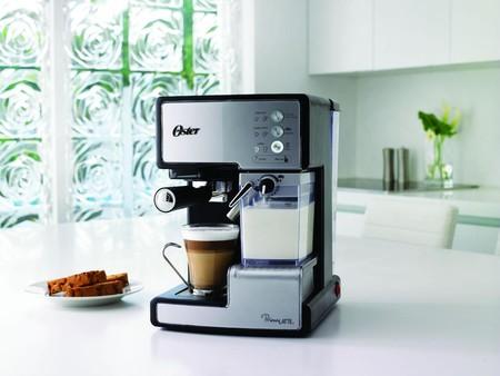 ¿No te gustan las cápsulas? Esta cafetera espresso Oster Prima Latte ahora cuesta 119,95 euros