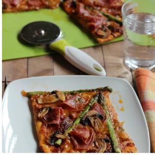 Pizza al pesto rojo con espárragos y salami, receta para compartir en familia