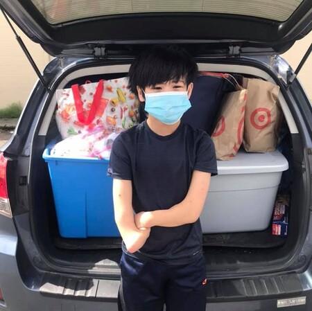 Liem, un adolescente de 13 años adoptado y sin manos, dona miles de mascarillas, comida y ropa a las personas sin hogar
