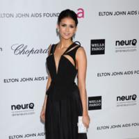Nina Dobrev it girl perfil Fiesta de los Oscar's organizada por la fundación Elton John contra el SIDA 2012 colección Otoño-Invierno 2012-2013 de J.Mendel