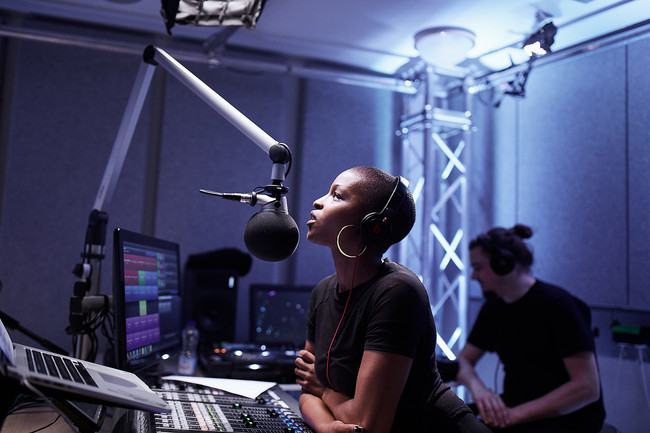 Julie Adenuga Beats uno Apple™ Music In Studio