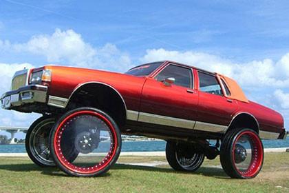 Chevrolet Caprice, llantas transparentes de 30 pulgadas y un poco de goma quemada