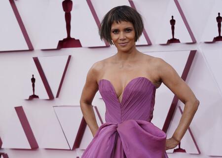 Halle Berry desvela  la verdad detrás del corte de pelo bob con flequillo que lució en la alfombra roja de los Oscar 2021