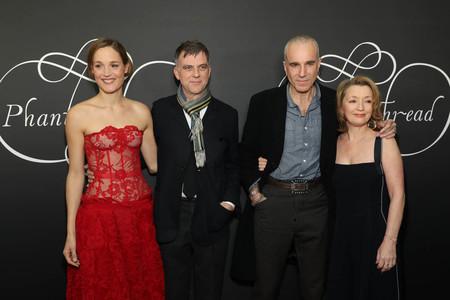 Vicky Krieps, Paul Thomas Anderson, Daniel Day Lewis y Lesley Manville
