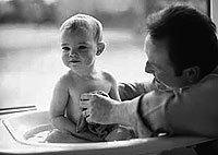 Según expertos no es aconsejable bañar al bebé a diario