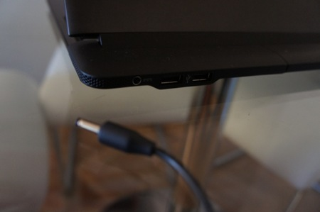 Detalle del conector para cargar el Lapdock y los dos puertos USB, que nos vendrán genial para enchufar otros dispositivos a nuestro ordenador