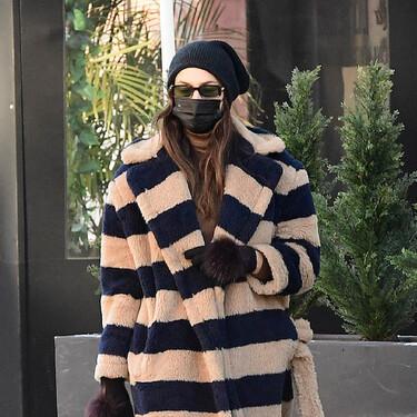 Irina Shayk afronta el frío con un abrigo tipo albornoz de las rebajas de Max Mara, botas militares y guantes peludos