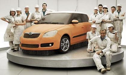 Un coche de chocolate a tamaño real elaborado por un grupo de pasteleros