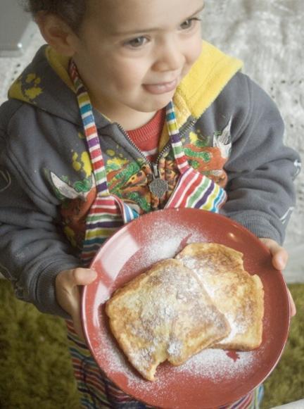 Cocinar con niños: receta de tostadas al huevo para desayunar