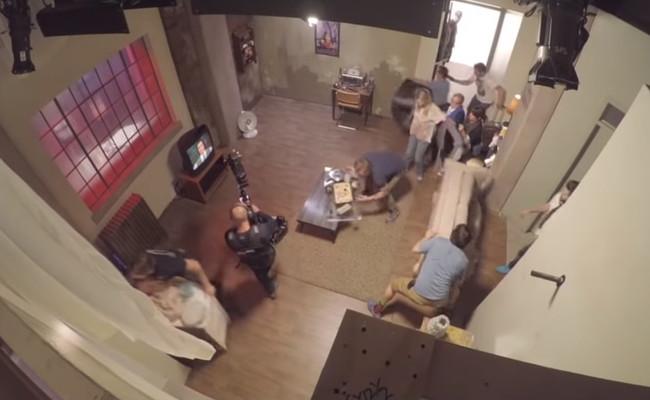 Dos minutos, 50 personas, cuatro paredes y una cámara: el flipante plano secuencia de 'Kidding'