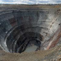 La mina de diamantes de Mir es un gigantesco agujero de 1.200 metros de diámetro en plena Siberia