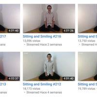 Por alguna extraña razón este hombre se ha grabado 221 veces a sí mismo sentado y sonriendo