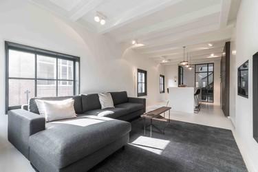 Puertas abiertas: un dúplex urbano que une tradición y modernidad en Ámsterdam