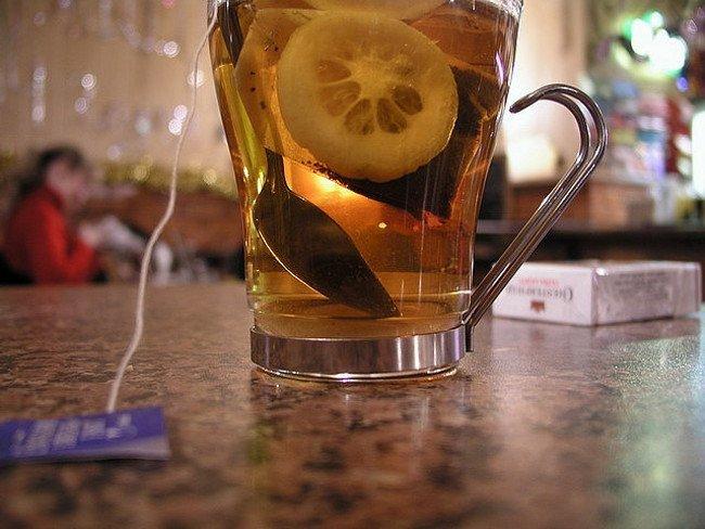 Potencia los beneficios del té añadiendo zumo de limón