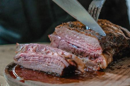 Aumentar el consumo de carne roja y procesada podría elevar el riesgo de mortalidad, según un reciente estudio