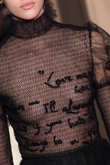 Esto sólo pasa en la Alta Costura: una cita de Shakespeare en un vestido de Valentino que se bordó en 580 horas