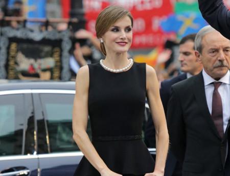 Doña Letizia apuesta por un look estilo Audrey Hepburn en los primeros Premios Princesa de Asturias