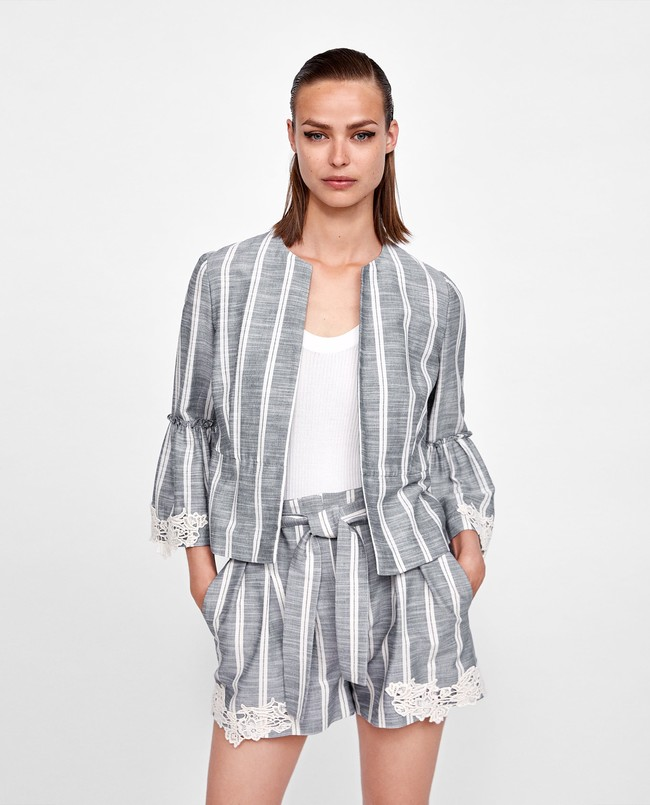 416dd109d7 Monísimo es este traje de lino azul con rayas blancas y detalles de crochet  en mangas y pantalones. Su precio esa de 55