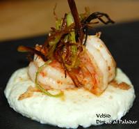 Ricotta tostada de wasabi con langostinos picantes y puerro crujiente