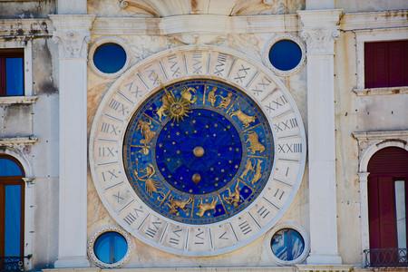 De los becarios castigados a astrólogos que se ganan la vida con ello: ¿quién redacta el horóscopo en los medios?