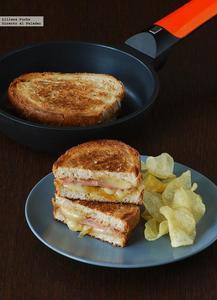 Sándwich de mortadela y queso San Simón con cebolla caramelizada. Receta