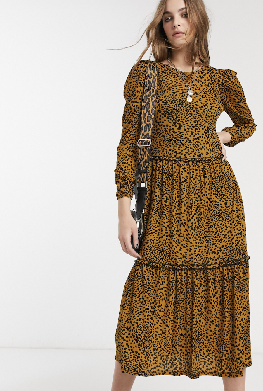 Vestido amplio con diseño escalonado y estampado animal en mostaza de Topshop