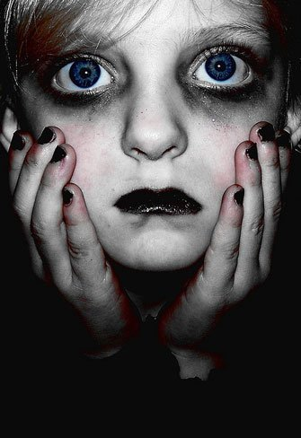 Maquillaje de Halloween: terrorífica en blanco y negro