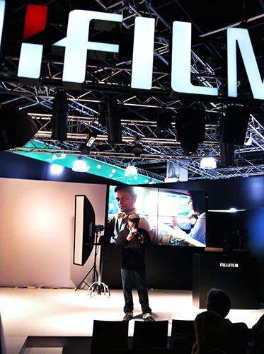 Zack Arias en el stand de Fujifilm