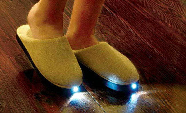 Complementos tontos para el hogar inteligente: zapatillas de andar por casa con LEDs incorporados