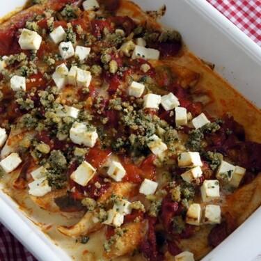 Palometa o japuta al horno con pimientos asados y queso feta: receta económica (y muy sabrosa) de pescado